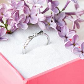 Серебряное кольцо Маленький Бантик с фианитом посередине